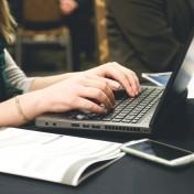Komputer Toshiba Portege X20W-E polecić można wszystkim realizującym się w działaniach biznesowych, a także osobom szukającym bardziej rozbudowanego sprzętu, na którym można nie tylko pracować, ale także przechowywać ważne dla nas materiały archiwalne oraz dokumenty w postaci różnorodnych plików