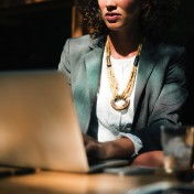 Lenovo ThinkPad P15s to stacja robocza, która zasługuje na miano wyjątkowej. Potężna specyfikacja zamknięta w odpornej na uszkodzenia obudowie, stanowi doskonałą bazę do wszelkiego rodzaju biznesowych działań